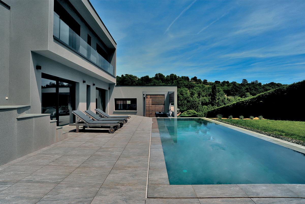 quel rev tement autour de la piscine les atouts du carrelage. Black Bedroom Furniture Sets. Home Design Ideas